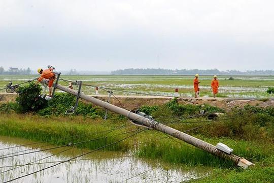 Bão số 5 quật đổ hàng loạt cột điện ở miền Trung