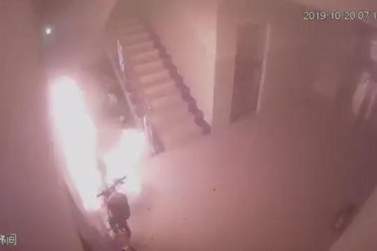 Xe điện đang sạc bất ngờ phát nổ hơn 30 lần trong khu dân cư