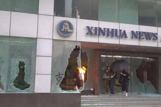 Văn phòng Tân Hoa Xã ở Hồng Kông như 'vùng chiến sự' sau vụ đập phá