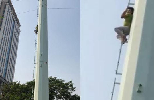 Clip thanh niên hóa Người nhện leo cột điện cao thế, công an Hà Nội dùng đệm hơi ứng cứu