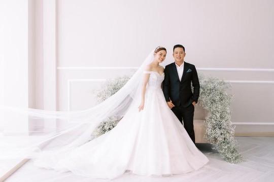 Giang Hồng Ngọc chụp hình cưới cùng chồng và con trai