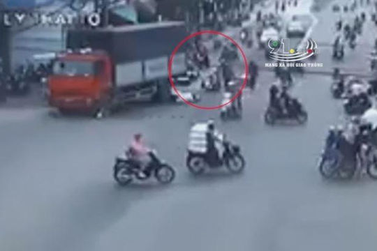 Xe tải đâm hàng loạt xe máy dừng chờ đèn tín hiệu giao thông