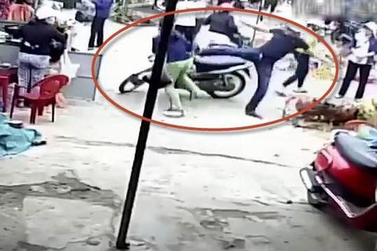 Clip kẻ hổ báo đỗ xe giữa cửa chợ còn tung nộ long cước đạp văng người phụ nữ