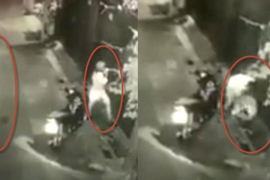 Clip gã trai đè cô gái mặc váy đứng trước cổng nhà lúc 2 giờ sáng, sờ soạng rồi chạy