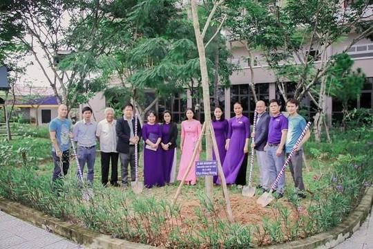 Thầy cô Trường ĐH Phú Xuân nhận cây xanh thay hoa dịp lễ 20.11