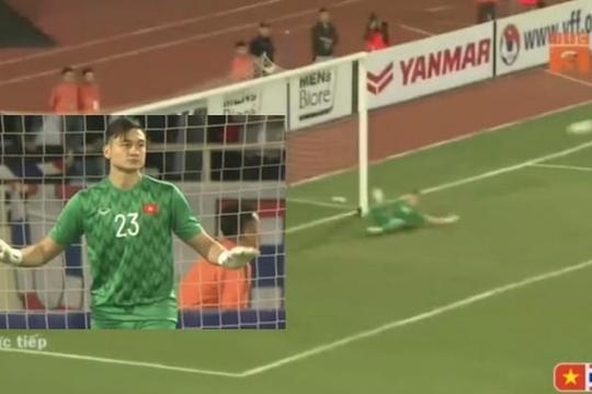 Xem lại pha Văn Lâm cản phá penalty và tình huống Văn Hậu lấy thân mình cứu nguy