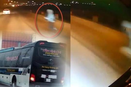 Clip bố bế con lao ra đường nghi tự tử, xe khách đánh lái hết cỡ không tránh được