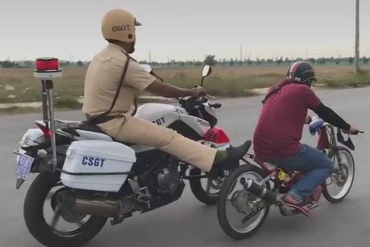 CSGT Bình Dương lái mô tô dùng chân đẩy xe độ của quái xế có bị phạt tiền?