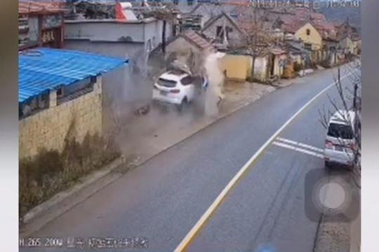 Kinh hoành khoảnh khắc ô tô chạy tốc độ cao đâm sập nhà dân