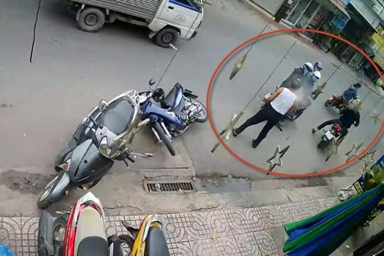 Clip cụ ông bắt quả tang kẻ trộm xe liền bị xịt hơi cay vào mắt