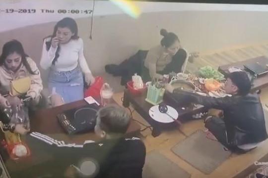 Đi ăn lẩu trong nhà hàng, cô gái 'tiện tay' trộm túi xách của khách