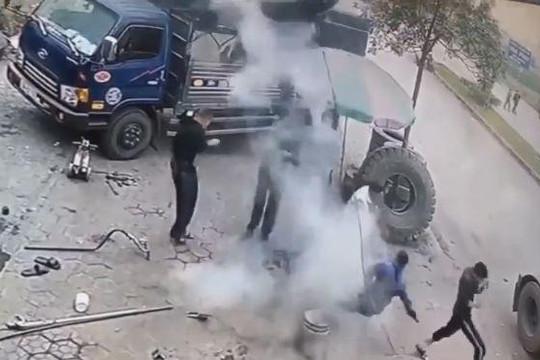 Lốp ô tô đang bơm thì phát nổ, nhóm thanh niên bỏ chạy tán loạn