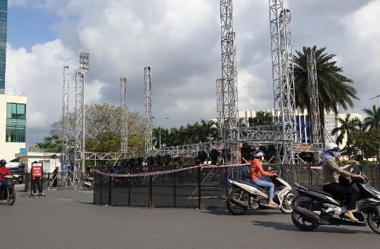Thừa Thiên-Huế: Lãnh đạo tỉnh giải thích việc dựng sân khấu mừng năm mới giữa ngã sáu TP.Huế