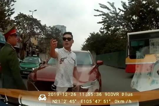 Lái ô tô lấn làn còn dọa thanh tra giao thông, tài xế hổ báo hạ giọng khi thấy công an
