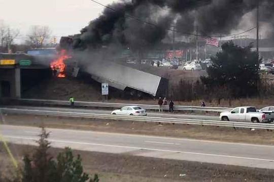 Xe container mất lái đâm vào cầu vượt rồi bốc cháy dữ dội