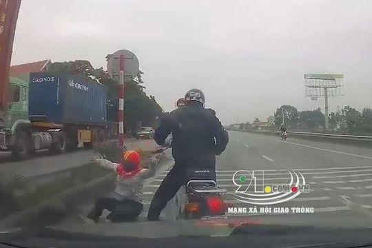 Người phụ nữ nhảy khỏi xe máy khi nghe ô tô phanh phía sau