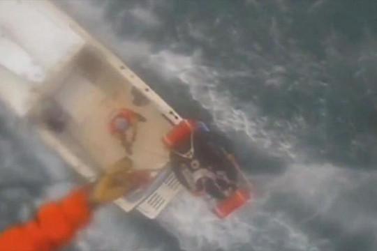 Trực thăng tuần duyên Mỹ giải cứu người bị cá mập cắn trên biển
