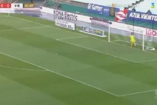 Phát bóng trúng mặt tiền đạo đội bạn, thủ môn vô tình phản lưới nhà