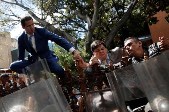 Bị quân đội chặn, lãnh đạo đối lập Venezuela Guaido phải trèo hàng rào vào quốc hội