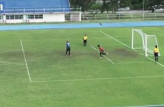 Ăn mừng quá sớm, thủ môn nhận cái kết đắng vì cú đá phạt kỳ lạ