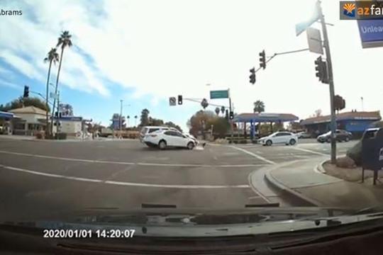 Vượt đèn đỏ với tốc độ cao, ô tô đâm thẳng vào xe cảnh sát