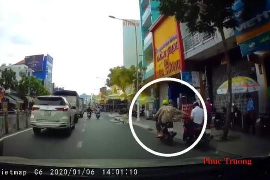 Dừng xe máy dùng điện thoại, người đàn ông bị giật trong tích tắc