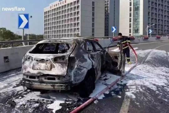 Rùng mình cảnh ô tô bốc cháy vẫn lao vun vút trên đường