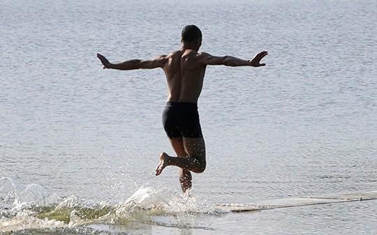 Clip nhà sư chùa Thiếu Lâm Tuyền Châu chạy trên mặt nước