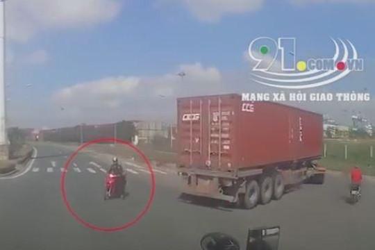 Tài xế container đánh lái cứu xe máy băng qua đường bất cẩn