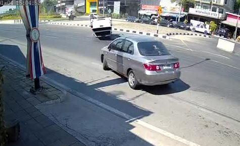 Tránh ô tô quay đầu bất cẩn, xe bán tải lật ngang giữa đường