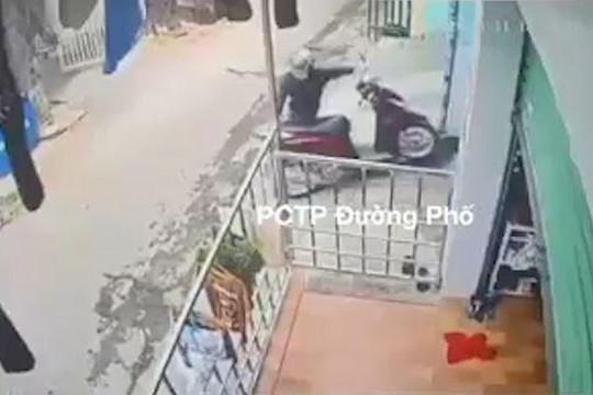Hai kẻ gian phối hợp lẻn vào khu nhà trọ lấy trộm xe máy