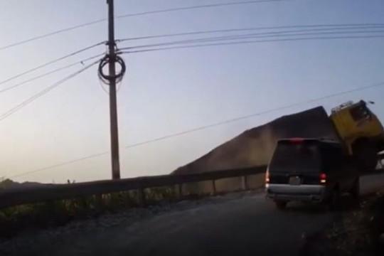 Rùng mình cảnh container tuột dốc suýt rơi xuống vực ở Hà Giang