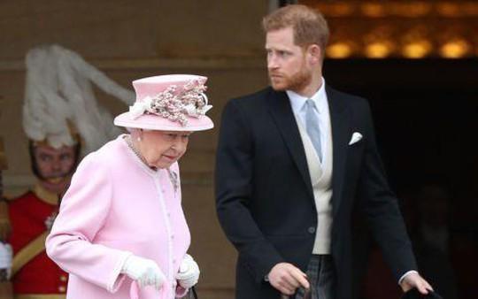 Nữ hoàng Anh thuận theo ý nguyện ra riêng của vợ chồng hoàng tử Harry