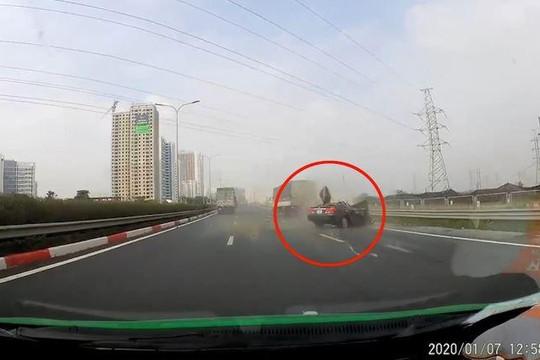 Ô tô nát bươm sau khi đâm thẳng vào đuôi xe tải trên cao tốc