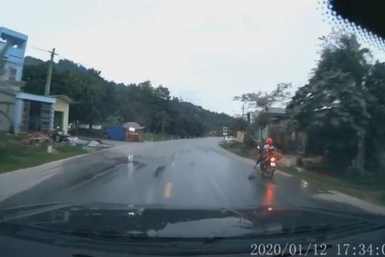 Nữ tài xế đạp chó chạy băng qua đường để tránh tai nạn