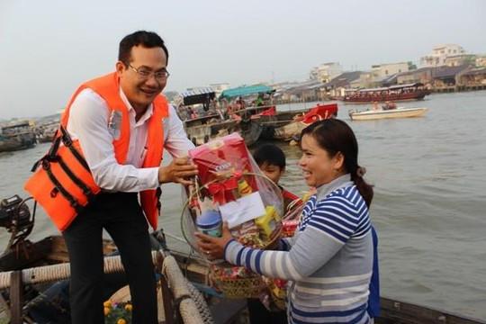 Cần Thơ: Tiểu thương chợ nổi Cái Răng đón lãnh đạo thành phố đến trao quà, chúc Tết