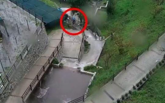 Thót tim cảnh người đi bộ thoát khỏi trận lở đất trong gang tấc
