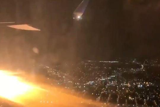 Thót tim khoảnh khắc động cơ máy bay Mỹ tóe lửa trên không