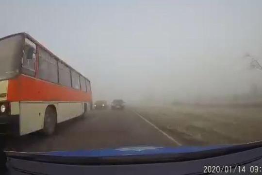 Hai ô tô đấu đầu trong sương mù với tốc độ kinh hoàng