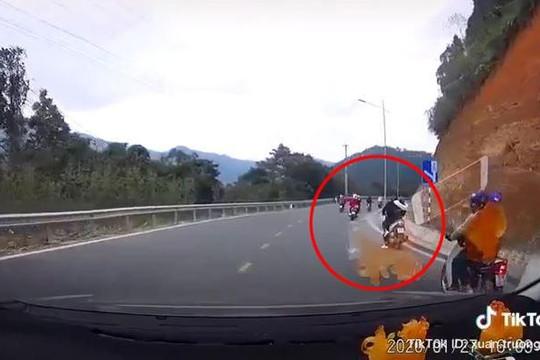 Thót tim cảnh cô gái nhảy khỏi xe máy khi đang đổ đèo Tam Đảo