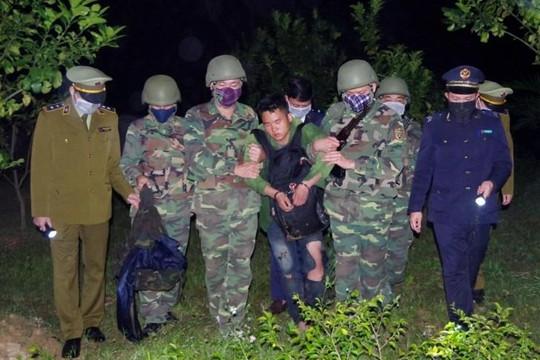Bắt thanh niên Lào vận chuyển 36.000 viên hồng phiến và 4kg ma túy đá