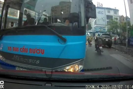 Clip tài xế xe buýt Cầu Bươu chạy láo, lấn làn chắn hết đường ô tô còn văng tục