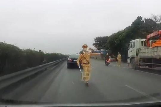Bị dừng ô tô, tài xế lừa CSGT Hải Dương, vượt chốt rồi khoe clip trên Facebook