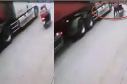 Clip nữ tài xế chạy nhanh thắng gấp tránh xe tải làm người ngồi sau bị container cán chết