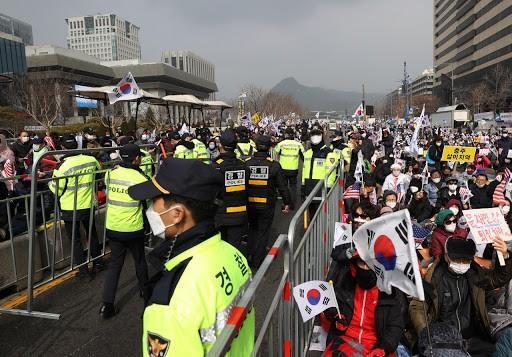 Vì sao người Hàn Quốc vẫn đi biểu tình trong lúc lây lan dịch bệnh?