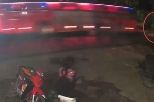 Clip CSGT ra giữa đường bị xe khách tông vì chạy vào không kịp