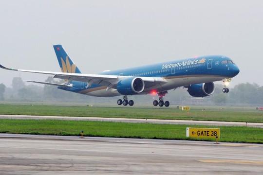 Máy bay nổ lốp, bốc khói nghi ngút tại sân bay Tân Sơn Nhất