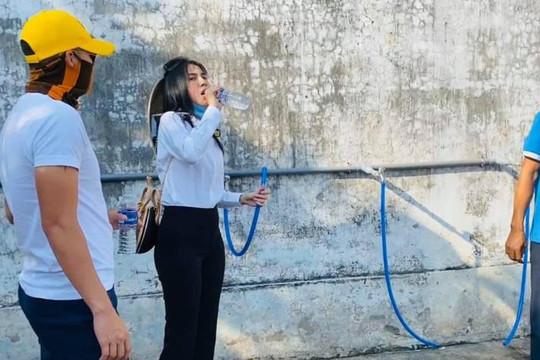 Thuỷ Tiên - Công Vinh 'làm chuột bạch' uống những giọt nước ngọt đầu tiên ở Bến Tre