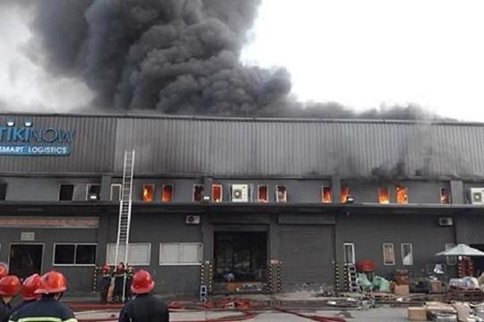 Cháy lớn tại kho hàng gần sân bay Tân Sơn Nhất
