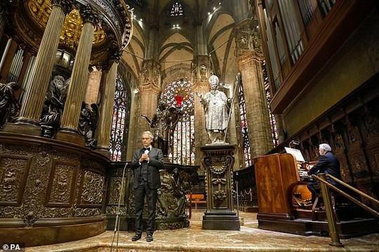 Andrea Bocelli khiến khán giả rơi nước mắt khi xem buổi hòa nhạc trực tiếp